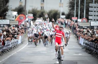 05(ツール・ド・ラヴニール第1ステージ)強力なベルギーやポーランドチームの追い上げに抵抗し、ソロ逃げ切り優勝を掻っ攫ったキャスパー・アスグリーン(デンマーク)(photo Tour de l'Avenir)