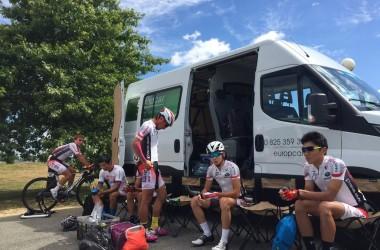 00(ツール・ド・ラヴニール第3ステージ)スタート前に集中するU23日本(photo CyclismeJapon)