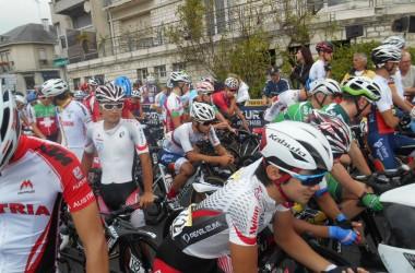06(ツール・ド・ラヴニール第6ステージ)スタート地点のU23ジャパンナショナルチーム(photo CyclismeJapon?