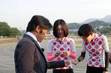 坂バカ女子部のメンバーにおもむろにガムを渡す宮澤さん※トリミングして左の3人だけ使ってください